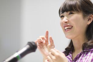 演台で話す女子学生の写真素材 [FYI02970893]