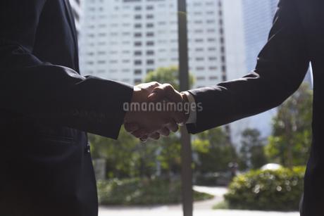 握手するビジネスマンの手の写真素材 [FYI02970898]