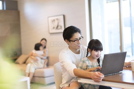 パソコンを見る父親と娘の写真素材 [FYI02970903]