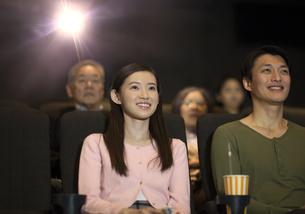 映画を観るカップルの写真素材 [FYI02970910]