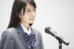 演台で話す女子高校生の写真素材 [FYI02970911]
