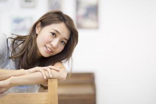 椅子に腰を掛ける女性のポートレートの写真素材 [FYI02970913]