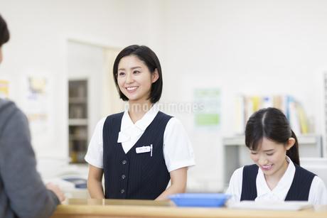 笑顔で受付をする2人の女性の写真素材 [FYI02970915]