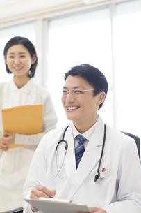 患者に問診をする男性医師の写真素材 [FYI02970922]