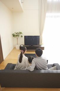 テレビを見る家族の後ろ姿の写真素材 [FYI02970927]