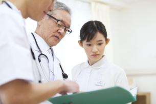 打合せをする男性医師と女性看護師の写真素材 [FYI02970929]