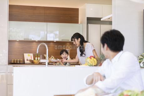 食事の用意をする母と娘の写真素材 [FYI02970932]