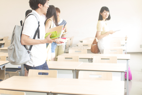 教室で机に向う学生たちの写真素材 [FYI02970935]