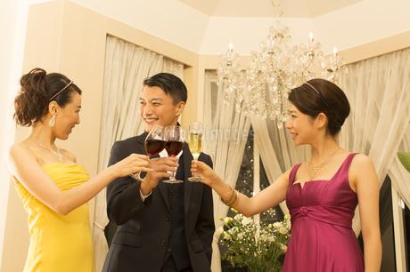 パーティーで乾杯する男女の写真素材 [FYI02970937]
