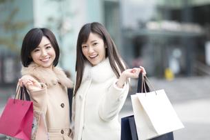 街で買物を楽しむ2人の女性の写真素材 [FYI02970941]