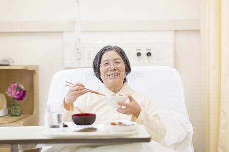 病院食を食べる患者の写真素材 [FYI02970946]