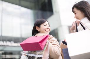 街で買物を楽しむ2人の女性の写真素材 [FYI02970950]