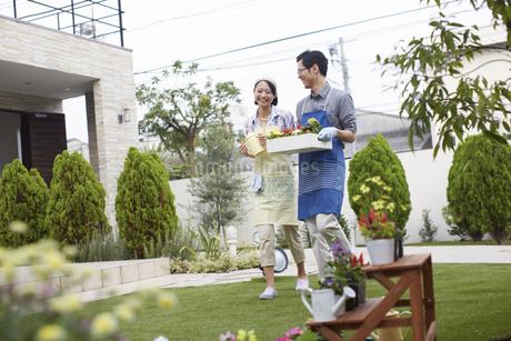 ガーデニングをするために歩く夫婦の写真素材 [FYI02970956]