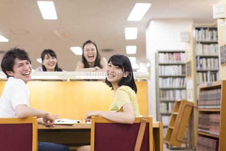 図書室で笑い合う学生たちの写真素材 [FYI02970958]