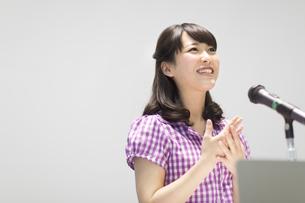 演台で話す女子学生の写真素材 [FYI02970960]
