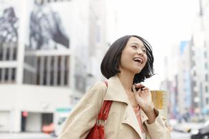 買い物中に微笑みながら歩く女性の写真素材 [FYI02970961]