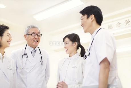 笑顔の医師たちの写真素材 [FYI02970966]