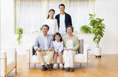 集合して微笑む三世代家族の写真素材 [FYI02970970]