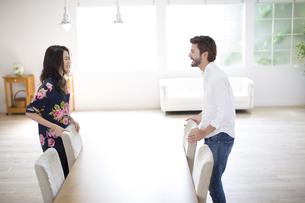 テーブルで談笑する男性と女性の写真素材 [FYI02970971]