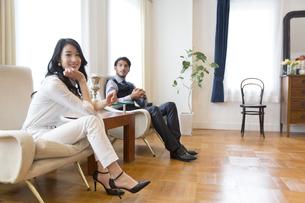 ソファーに座っている男性と女性のポートレートの写真素材 [FYI02970976]