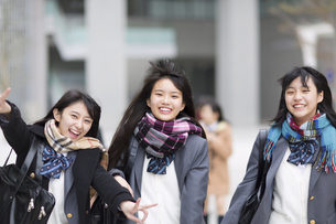 校内でポーズをとる女子高校生たちの写真素材 [FYI02970986]