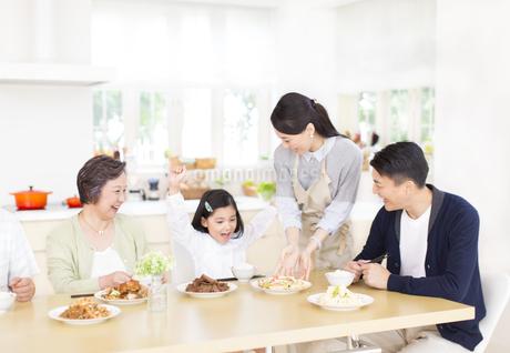 食卓で喜ぶ家族の写真素材 [FYI02970987]