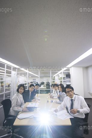 プロジェクターの投影を見るビジネス男女の写真素材 [FYI02971020]