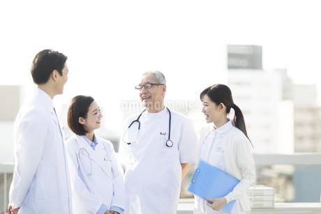 屋上で談笑する医師たちの写真素材 [FYI02971021]
