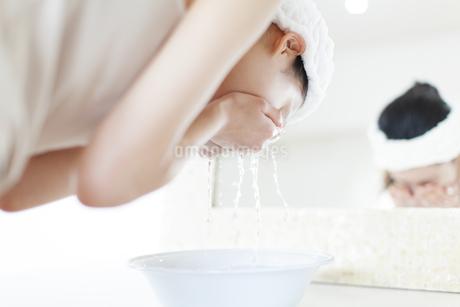 鏡の前で洗顔をする女性の写真素材 [FYI02971026]