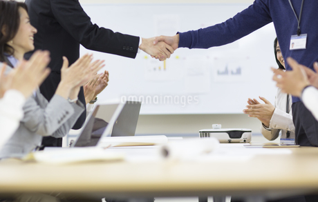 会議で握手するビジネス男性の手の写真素材 [FYI02971030]