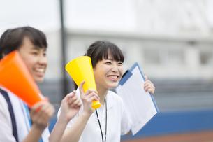 メガホンを持って応援する女子マネージャーたちの写真素材 [FYI02971032]