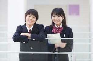 男子学生と女子学生のポートレートの写真素材 [FYI02971034]