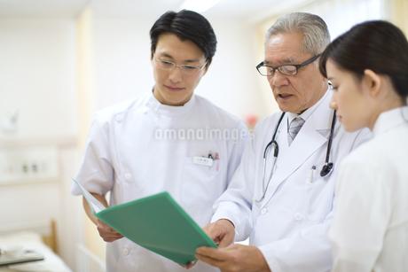 打合せをする男性医師と女性看護師の写真素材 [FYI02971036]