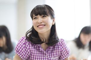教室で微笑む女子学生の写真素材 [FYI02971038]