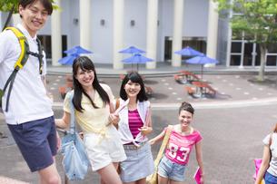 キャンパスで並んで笑う学生たちのポートレートの写真素材 [FYI02971055]