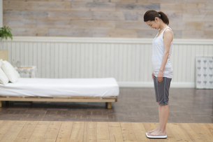 体重計に乗る女性の写真素材 [FYI02971076]