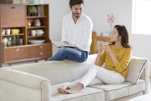 ソファーでくつろぐ男性と女性の写真素材 [FYI02971078]