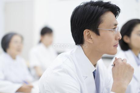 会議中の男性医師の横顔の写真素材 [FYI02971093]