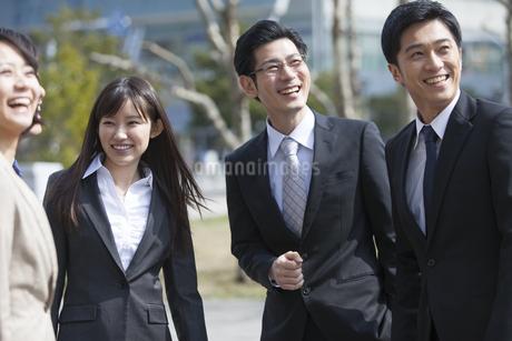笑い合うビジネス男女の写真素材 [FYI02971109]