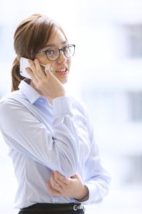 スマートフォンで通話するビジネス女性の写真素材 [FYI02971116]