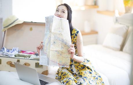 旅行の準備をする笑顔の女性の写真素材 [FYI02971124]