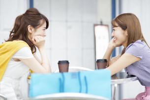 街中で会話を楽しむ2人の女性の写真素材 [FYI02971135]