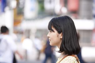 街中に立つ若い女性の横顔の写真素材 [FYI02971145]