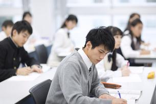 授業を受ける男子学生の写真素材 [FYI02971149]