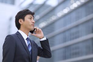 スマートフォンで通話するビジネス男性の横顔の写真素材 [FYI02971154]