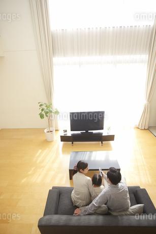 テレビを見る家族の写真素材 [FYI02971156]