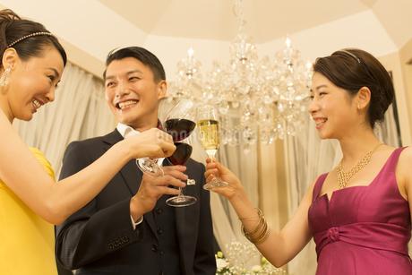 パーティーで乾杯する男女の写真素材 [FYI02971157]