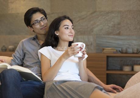 ソファーでくつろぐ夫婦の写真素材 [FYI02971158]
