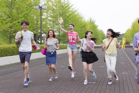 キャンパスを走る学生たちの写真素材 [FYI02971159]
