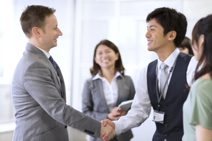 オフィスで握手を交わすビジネス男性の写真素材 [FYI02971162]